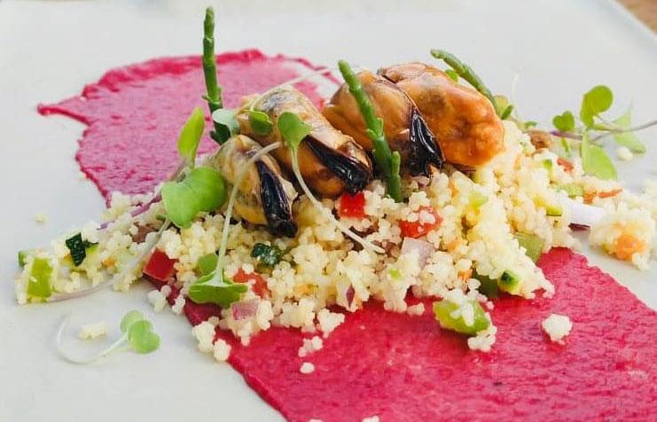 Humus de remolatxa amb tabulé de verdures, musclo i vinagreta de yuzu