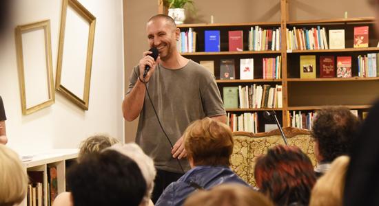 Gerard Vilardaga en la seva intervenció a la inauguració de la llibreria