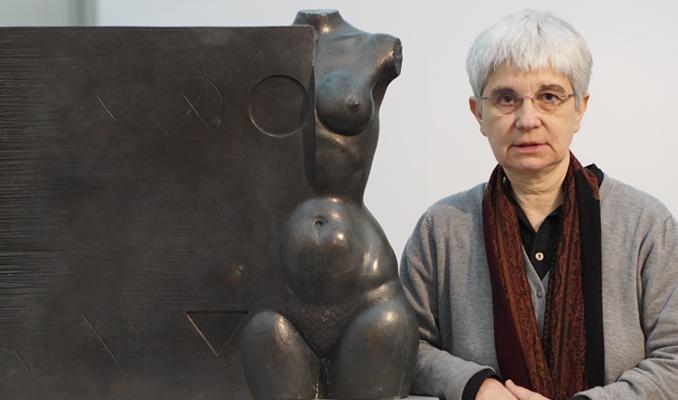 Judit Subirachs amb l'escultura de bronze 'Petita Galatea' (1978)