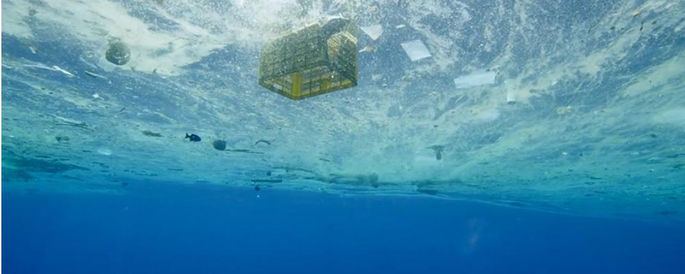 """Fotograma """"A plastic ocean"""""""