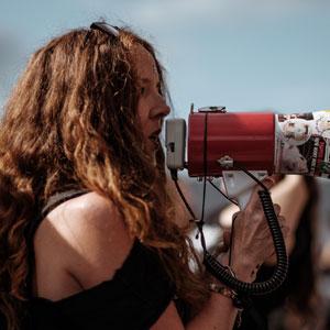 Dona amb megàfon