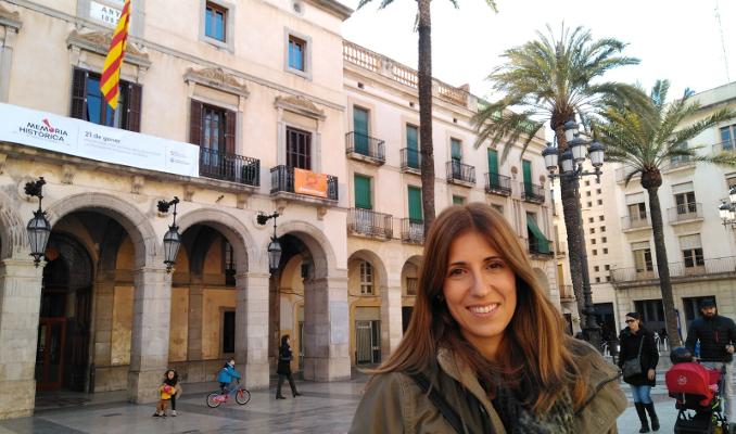 Judith Barbacil a la plaça de la Vila de Vilanova.