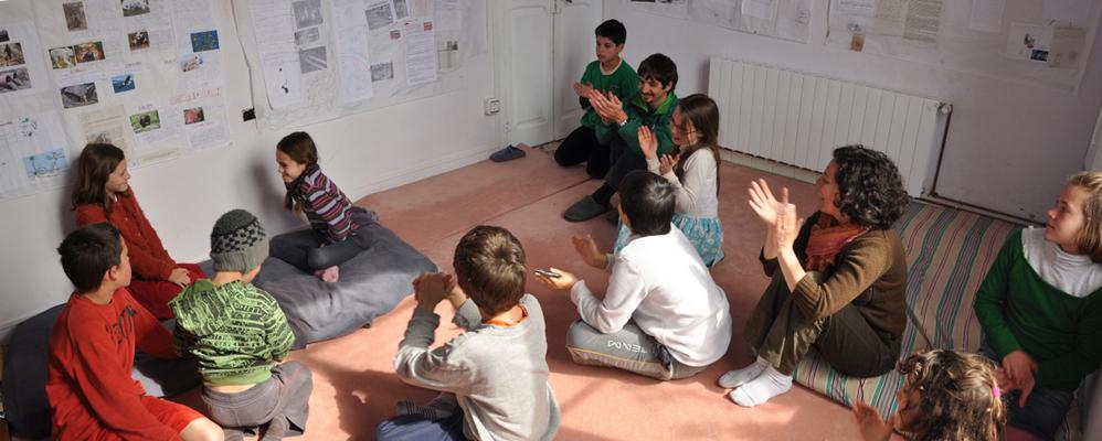 Una imatge de l'escola Epiqueia de Mediona, amb la seva directora Mar Esteve