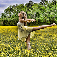 Imatge de noia ballant en plena natura