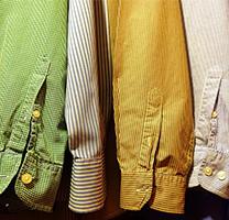 Diverses camises en un penjador
