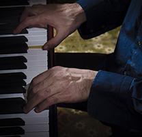 Les mans d'Ignacio Henderson al piano