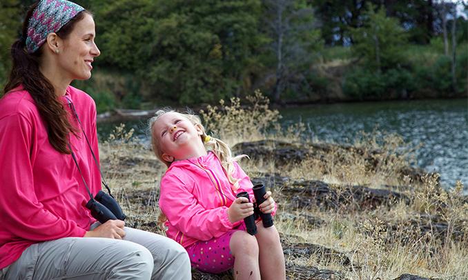 Mare i filla gaudint d'un dia a la muntanya