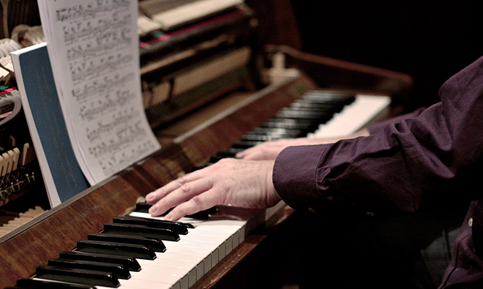 La música del piano i les mans que la interpreten