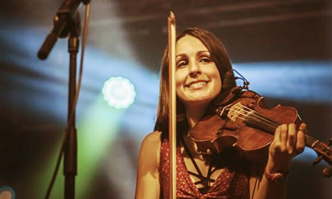 Imatge de la violinista Núria Llobet durent un concert