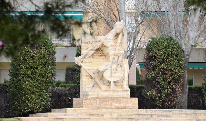 Monument a Pau Casals al barri de Sant Salvador