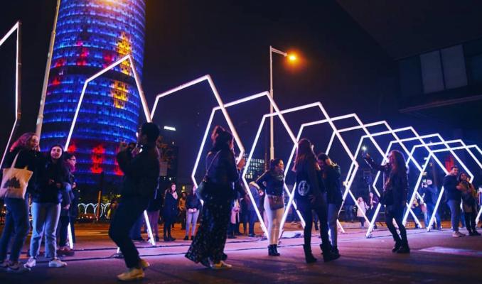 La instal·lació Hexx Øne al festival Llum de Barcelona.