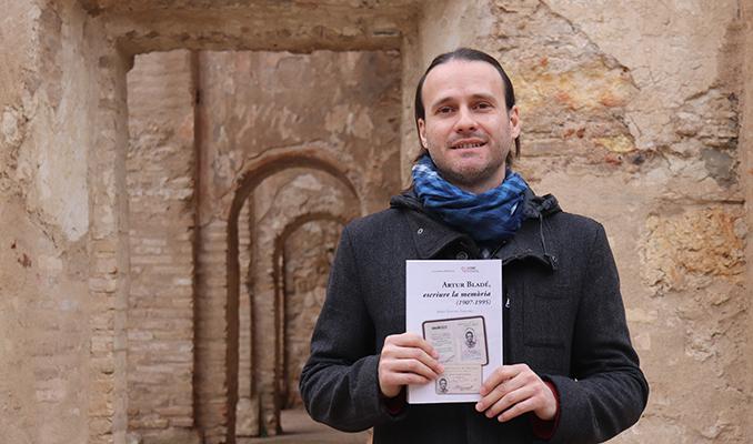 L'historiador Josep Sancho amb la seva obra 'Artur Bladé, escriure la memòria'.