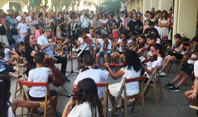 Els nens i les nenes de l'escola Pau Boada durant el Dia de la Música
