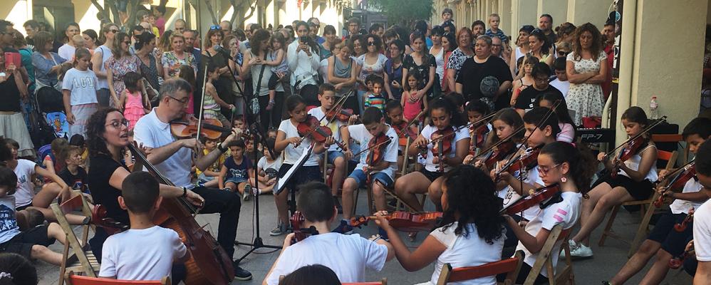 Els nens i nenes de l'escola Pau Boada durant el Dia de la Música