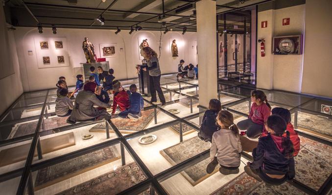 Nens i nenes a la Sala de les catifes del Museu Deu