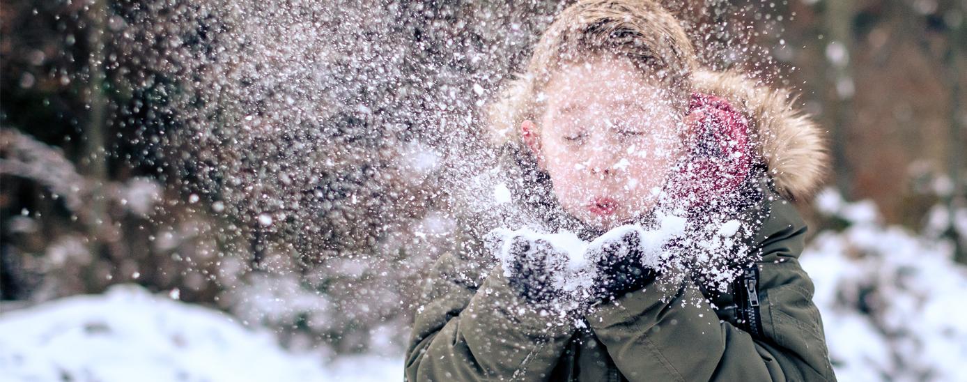 Nen jugant amb la neu