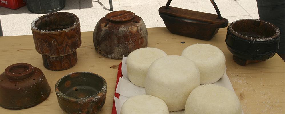 Moment del taller d'eleboració de formatge