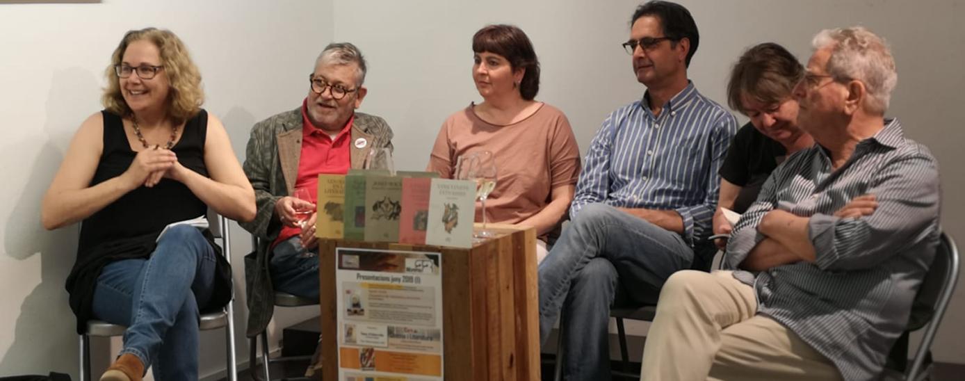 Montserrat Serra amb cinc autors de la col·lecció Envinats.  D'esquerra a dreta: Montserrat Serra, Narcís Comadira, Cristina Armengol, Vicenç Pagès, Imma Merino i Enric Satué