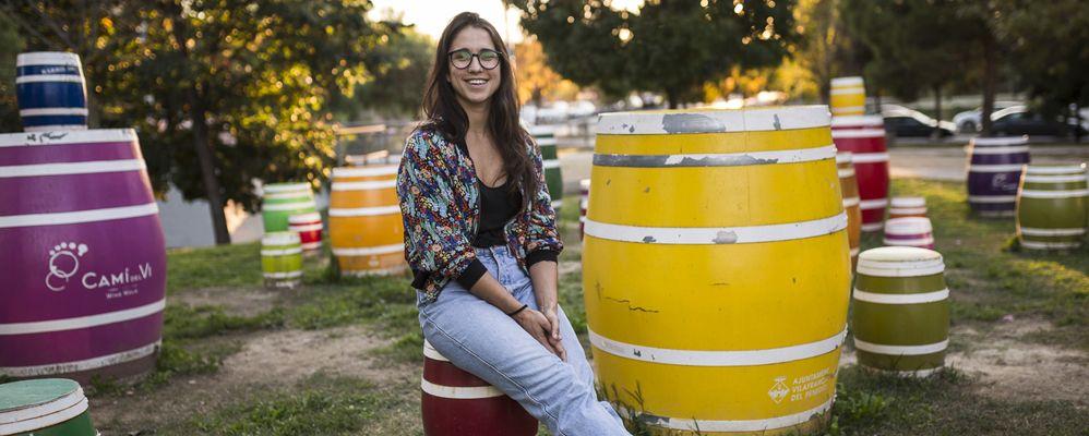 L'artista Mariona Ríos al parc de Sant Julià de VIlafranca del Penedès