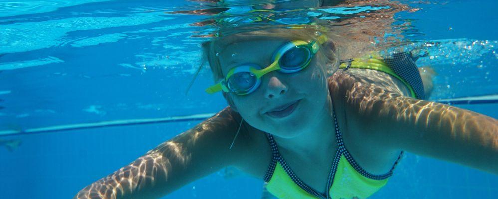 Una nena a la piscina