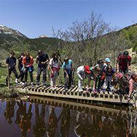 Un grup durant el recorregut al voltant de MónNatura Pirineus, a Son