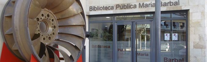 Imatge de la porta d'entrada a l'edifici de la Biblioteca Pública Maria Barbal