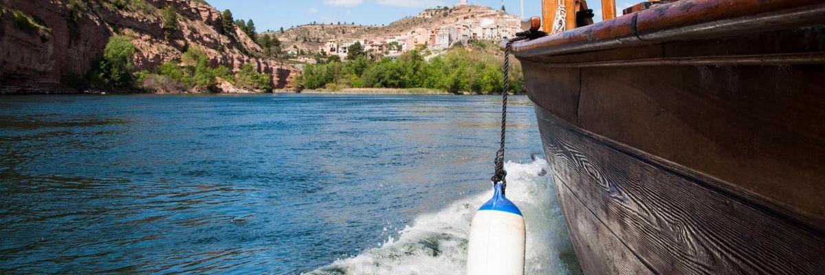 Vista d'Ascó des del llaüt Lo Roget
