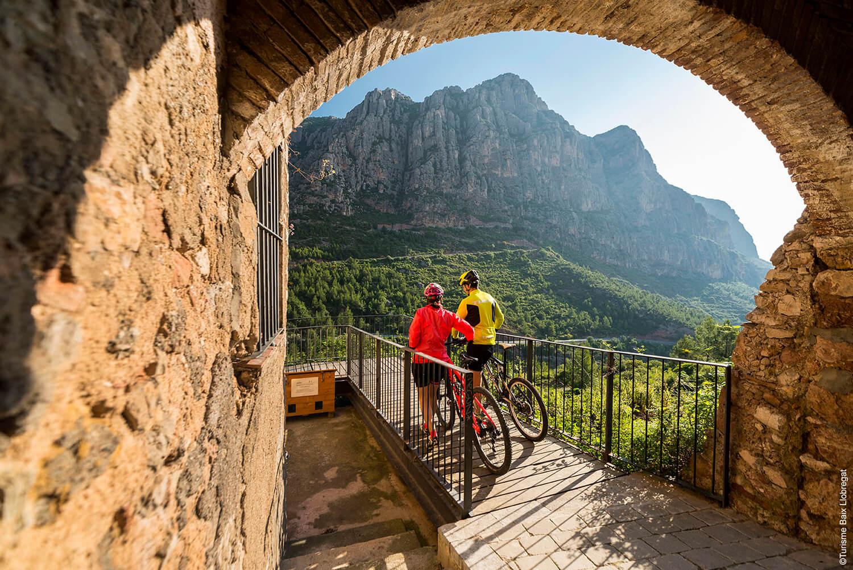 Ciclistes mirant les muntanyes de Montserrat